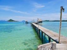 Puente de madera en la isla KOH-Mak Fotografía de archivo