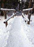 Puente de madera en la nieve, Rasun Anterselva Foto de archivo libre de regalías