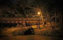 Puente de madera en la noche por la luz Fotografía de archivo