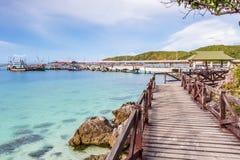 Puente de madera en la playa Imágenes de archivo libres de regalías
