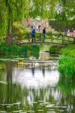 Puente de madera en los jardines Fotos de archivo