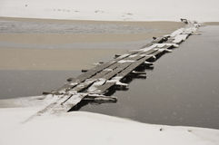Puente de madera en nieve Imágenes de archivo libres de regalías