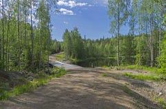 Puente de madera en un camino de tierra del bosque Fotografía de archivo libre de regalías