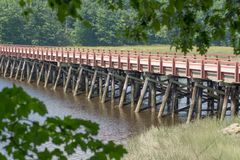 puente De madera-enmarcado del río imagenes de archivo