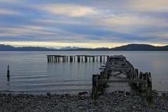 Puente de madera, etapa de aterrizaje, lago Yehuin, la Argentina imágenes de archivo libres de regalías