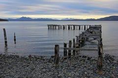 Puente de madera, etapa de aterrizaje, lago Yehuin, la Argentina imagen de archivo