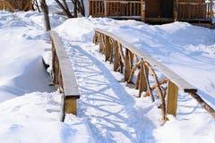 Puente de madera hermoso del cedro a través del río en un día de invierno soleado fotografía de archivo libre de regalías