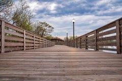 Puente de madera hermoso en el río fotografía de archivo
