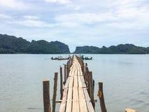 Puente de madera de la bahía de Talet en Khanom fotos de archivo libres de regalías