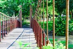 Puente de madera de la suspensión imagenes de archivo