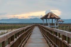 Puente de madera largo de la puesta del sol en Sam Roi Yot National Park, Prachuap Imagen de archivo libre de regalías
