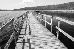 Puente de madera largo en el parque de Oka Fotos de archivo