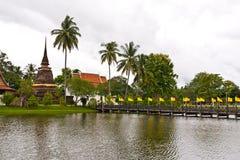 Puente de madera para arruinar el río cruzado de la pagoda Fotografía de archivo libre de regalías