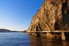 Puente de madera que lleva en la alta roca Fotos de archivo libres de regalías