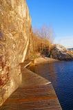 Puente de madera que lleva a la playa Foto de archivo libre de regalías