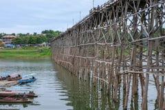 Puente de madera Sapan lunes, Sungkaburi de Auttamanusorn Foto de archivo
