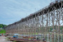 Puente de madera Sapan lunes, Sungkaburi de Auttamanusorn Imagen de archivo
