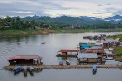 Puente de madera Sapan lunes, Sungkaburi de Auttamanusorn Imagenes de archivo