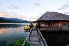 Puente de madera sobre el lago foto de archivo