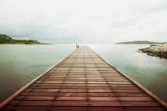 Puente de madera sobre el mar Fotos de archivo libres de regalías