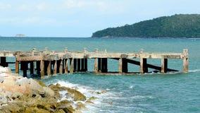 Puente de madera sobre el mar, cielo hermoso Fotos de archivo libres de regalías