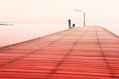 Puente de madera sobre el mar, color soñador Imagenes de archivo