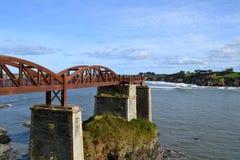 Puente de madera sobre el río Fotos de archivo
