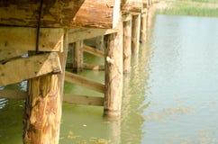 Puente de madera sobre el río Imagenes de archivo