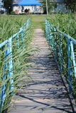 Puente de madera sobre el río Imagen de archivo