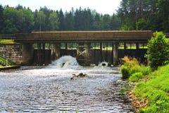 Puente de madera sobre un canal Augustow fotos de archivo