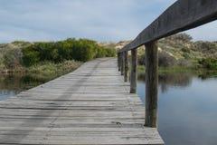 Puente de madera sobre un lago imagen de archivo