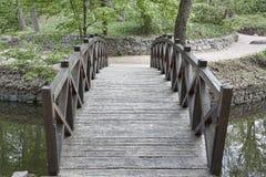 Puente de madera sobre un pequeño río en el parque de Sophia en Uman Imagenes de archivo