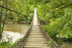 Puente de madera sobre un río Foto de archivo