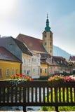 Puente de madera sobre un río en otoño, iglesia y ciudad vieja en Samobor cerca de Zagreb, Croacia imagen de archivo libre de regalías