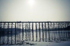 Puente de madera a través del río Fotos de archivo libres de regalías