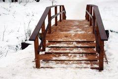 Puente de madera a través del río Foto de archivo libre de regalías