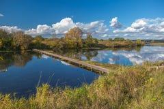 Puente de madera a través del río Fotos de archivo