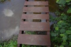 Puente de madera a través del río Imagen de archivo libre de regalías