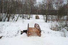 Puente de madera a través del río y de una escalera de madera Foto de archivo libre de regalías