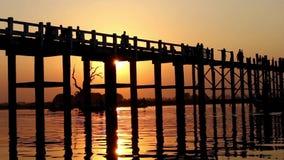 Puente de madera de U Bein en la puesta del sol almacen de video