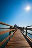 Puente de madera a una iglesia de la isla Foto de archivo libre de regalías