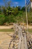 Puente de madera viejo abandonado sobre el río foto de archivo