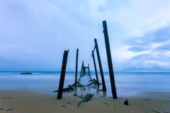 Puente de madera viejo al mar en día del mún tiempo fotografía de archivo libre de regalías