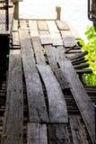 Puente de madera viejo, calzada estrecha imagen de archivo