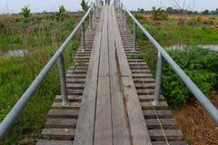 Puente de madera viejo del canal Fotografía de archivo libre de regalías