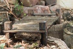 Puente de madera viejo del decaimiento en parque Imágenes de archivo libres de regalías