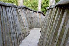 Puente de madera viejo en el medio de un bosque foto de archivo