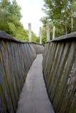 Puente de madera viejo en el medio de un bosque imagenes de archivo