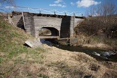 Puente de madera viejo en Ferapontovo, Rusia Foto de archivo libre de regalías