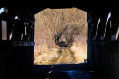 Puente de madera viejo en un bosque en Quebec Canadá Imagenes de archivo